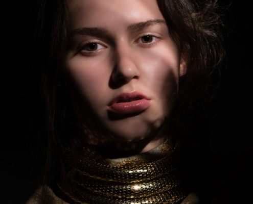 Golden outfit portrait dark photography - Fashion editorial Ruud van Ooij