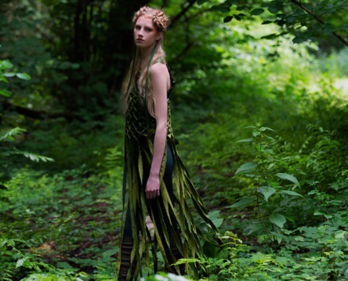 Green outfit in forest - Fashion photography Ruud van Ooij