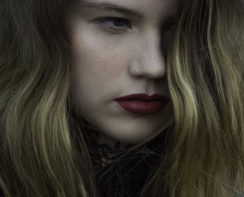 Black dress by Haruco-vert - red lips portrait - Fashion editorial Amsterdam Ruud van Ooij