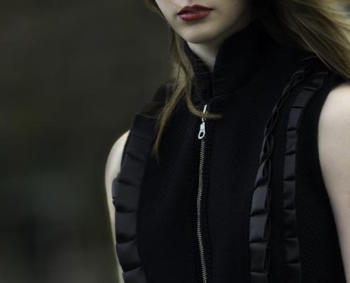 Black body warmer top Haruco-vert - Fashion editorial Amsterdam Ruud van Ooij