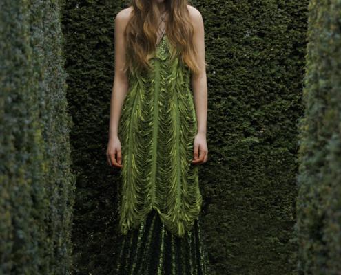 Long green cut dress in maze by Haruco-vert - Fashion photo Ruud van Ooij