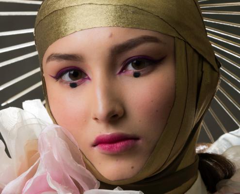 Golden halo portrait with pink petals boa - Fashion editorial Ruud van Ooij